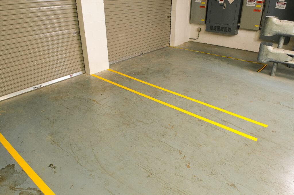 Richt je magazijn veilig in door de beweegruimte van voetgangers en voertuigen duidelijk van elkaar te scheiden met vloermarkering